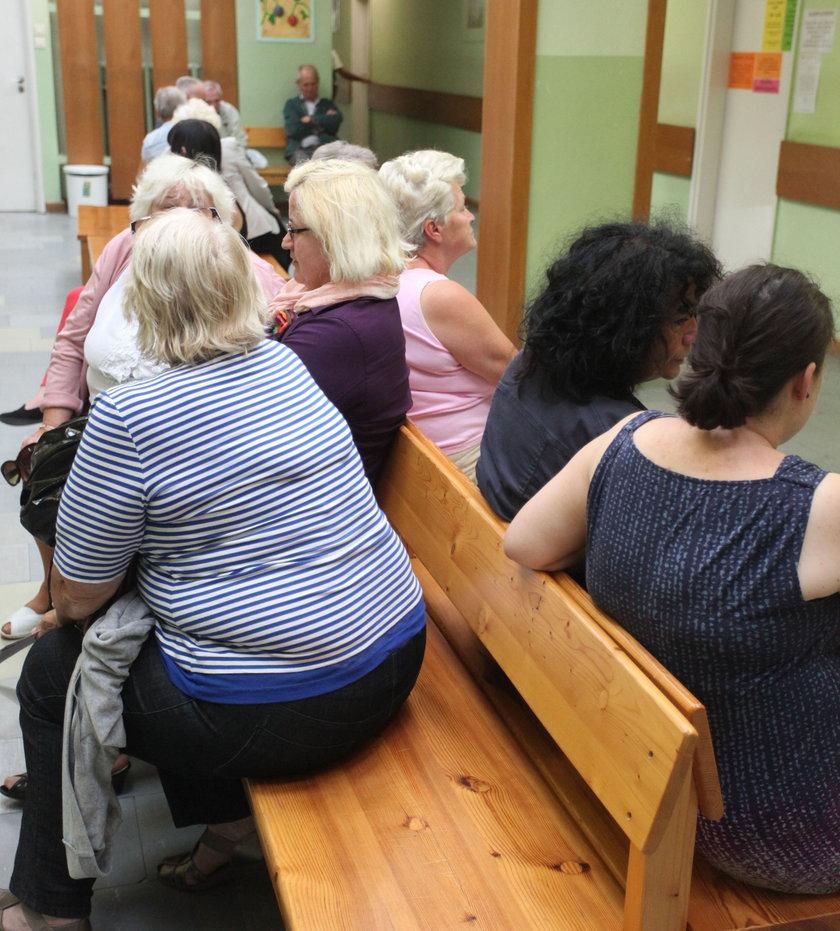 pacjenci czekająw kolejce do lekarza
