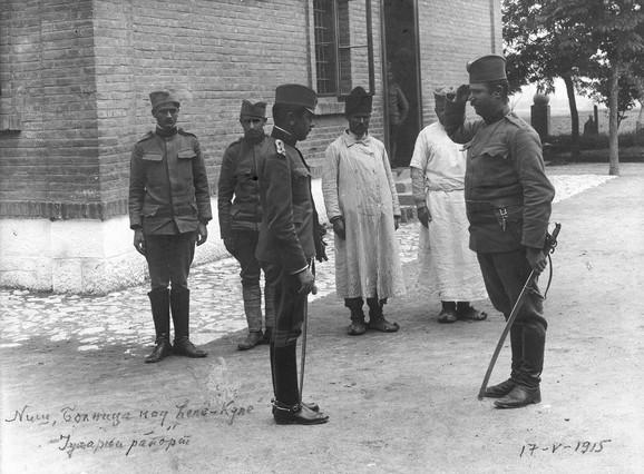 Sanitetski kapetan dr Vladimir Stanojević, upravnik Moravske stalne vojne bolnice u Nišu, prima jutarnji raport, 1915.