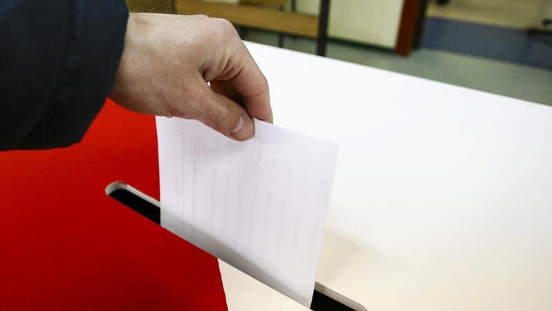 Jak politycy manipulują głosami wyborców?