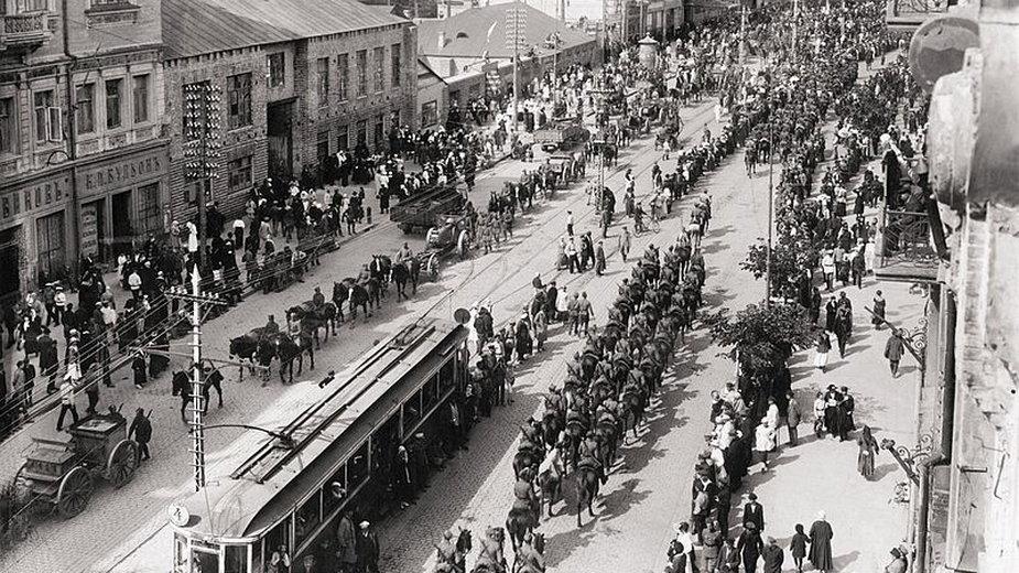Wojska polskie wkraczające do Kijowa 7 maja 1920 roku - domena publiczna