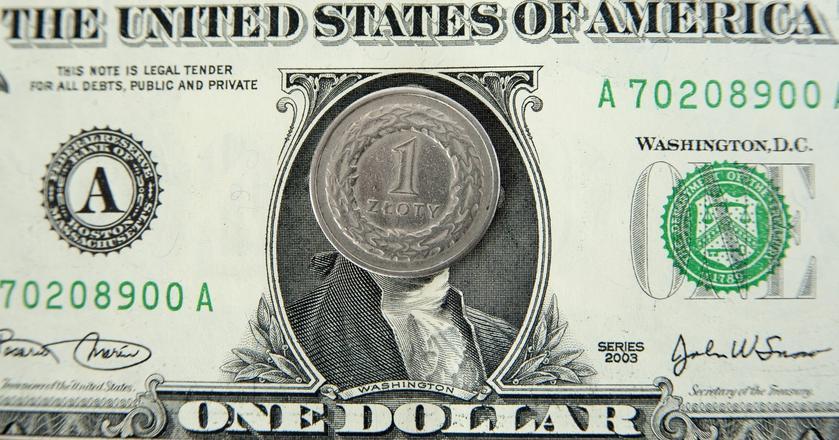 Słabe dane z USA podtopiły kurs dolara. Złoty odbił się od niego i podpłynął do najwyższego poziomu od ponad 2 lat