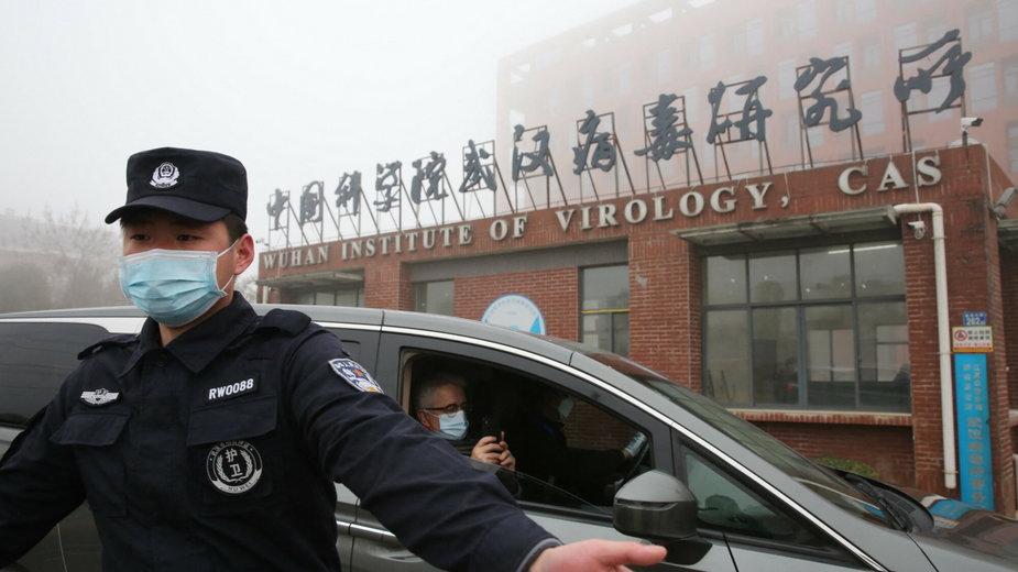 Milicja ochrania wejście do laboratorium w Wuhan