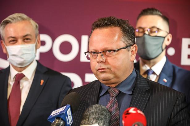 Szejna na konferencji prasowej poświęconej unijnemu Funduszowi Odbudowy i Krajowemu Planowi Odbudowy poinformował, że klub Lewicy wystąpił z wnioskiem o informację Prezesa Rady Ministrów dotyczącą planu wydatkowania środków unijnych na lata 2021-2027 oraz planu krajowego funduszu gospodarczej Polski.