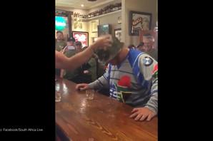 Za ovim šankom pre nego što dobijete piće morate da stavite KACIGU. Sve će vam biti jasno kad pogledate snimak (VIDEO)