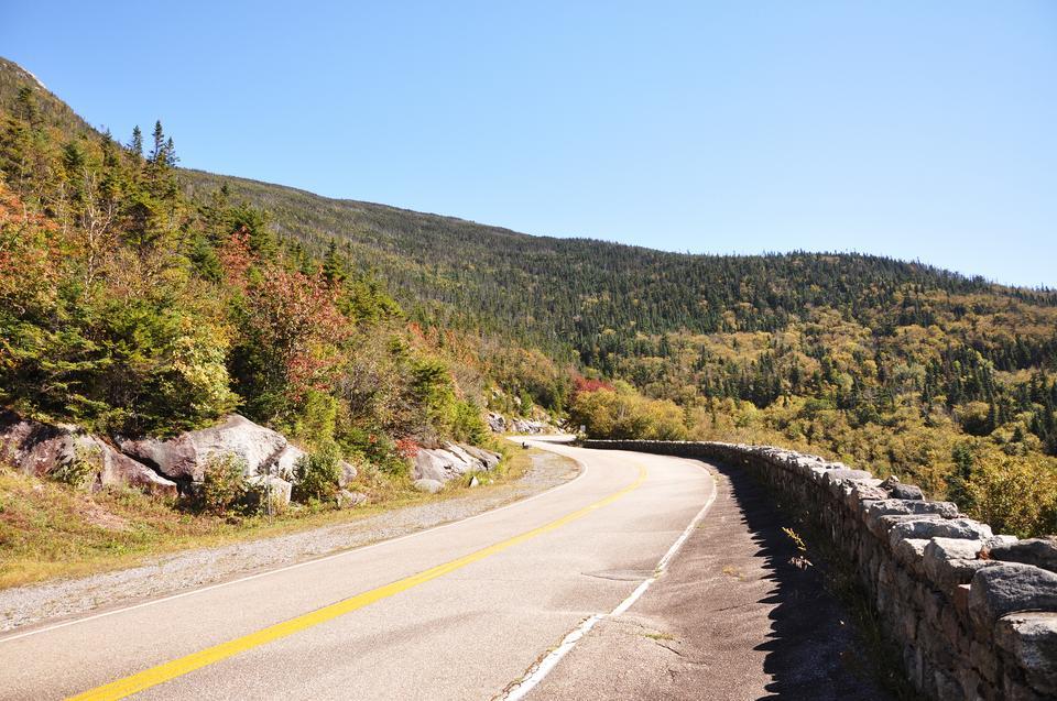 Autostrada Whiteface Mountain Veteran's Memorial zabierze podróżnych na szczyt Whiteface Mountain, piątego najwyższego szczytu w Nowym Jorku. Droga wiedzie przez Park Adirondack i łączy środowiska leśne i alpejskie. Gdy dojdzie się do parkingu na szczycie, warto pójść na krótką wędrówkę do góry i zobaczyć niesamowite widoki na pustynię.