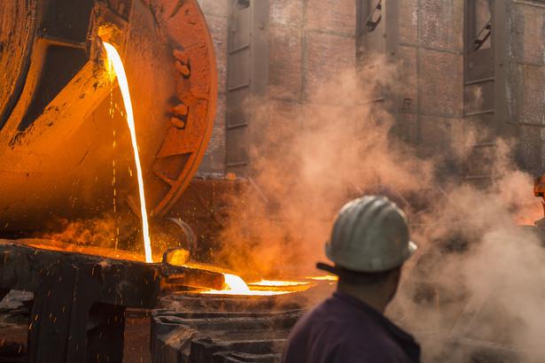 Miedź na giełdzie metali LME w Londynie drożeje w reakcji na wiele czynników sprzyjających handlowi tym metalem. Miedź w dostawach 3-miesięcznych na LME jest wyceniana wyżej o 2,6 proc. - po 5.013,00 USD za tonę - podają maklerzy.