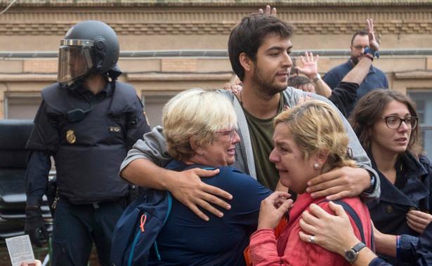 """Kataloński rząd zachęcał wszelkimi sposobami do głosowania, partie przeciwne secesji wzywały do jego zbojkotowania, więc w ciemno można założyć, że większość stojących w kolejkach przyszła tu mając w głowie słowo """"Independencia""""."""