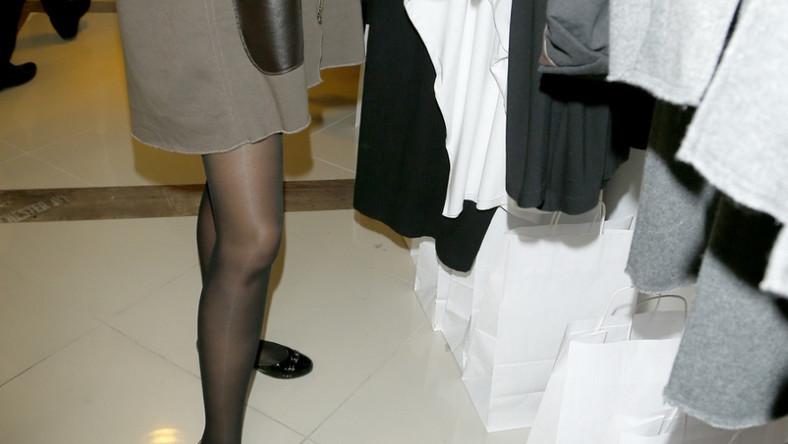 Spod krótkiego wdzianka zupełnie nie było widać dolnej części ubrania.