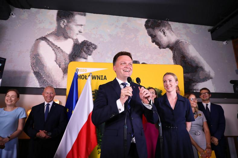 Kandydat na prezydenta RP Szymon Hołownia (3L) z małżonką Urszulą Brzezińską-Hołownią (3P) w sztabie wyborczym w Warszawie