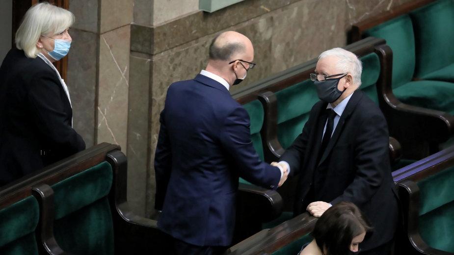 Piotr Wawrzyk odbiera gratulacje od Jarosława Kaczyńskiego po wyborze na RPO przez Sejm