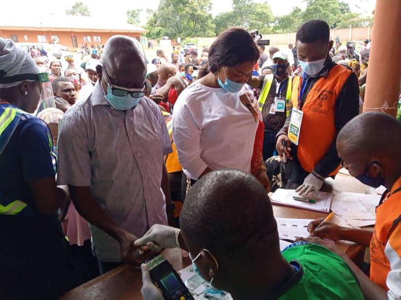 Oshiomhole voting (Punch)