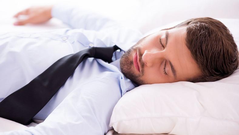 Mężczyzna śpi