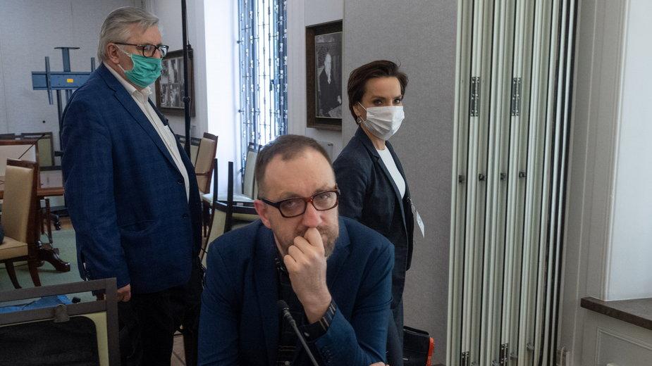 Michał Nogaś podczas Obrad Komisji Kultury i Środków Przekazu w Senacie (z tyłu Tomasz Kowalczewski i Agnieszka Kamińska)