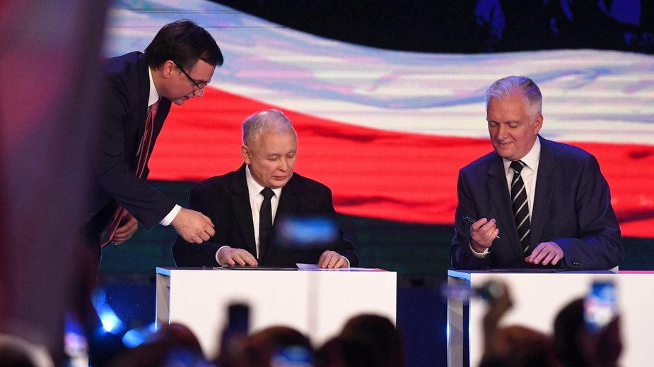 Ziobro, Kaczyński i Gowin podczas konwencji wyborczej PiS w 2018 r.