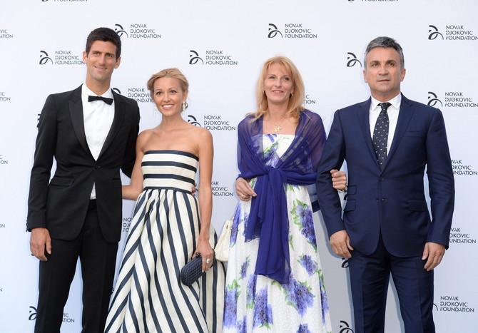 """Dijana i Srđan  i Jelena i Novak Đoković na svečanosti """"Novak Đoković"""" 2013. u Londonu"""