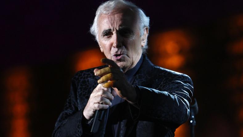 Charles Aznavour (rocznik 1924) przyszedł na świat w Paryżu, w rodzinie ormiańskich imigrantów jako Szahnur Waghinak Aznawurian. –Mój ojciec był osobą o artystycznej duszy, bardzo beztroskim człowiekiem. Mama zaś dużo płakała, bo w jej rodzinie było bardzo dużo śmierci. Niezależnie od tego w domu było dużo miłości –wspomina muzyk, który przez całe swoje życie aktywnie działał na rzecz ziemi przodków – od 2009 roku pełni funkcję ambasadora Armenii w Szwajcarii. Jest też stałym przedstawicielem tego kraju przy ONZ i UNESCO