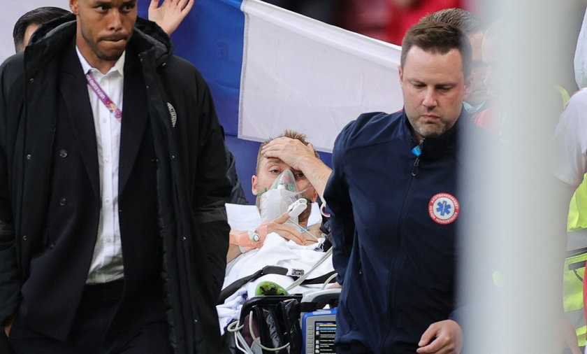 Koledzy Eriksena osłonili go flagą.