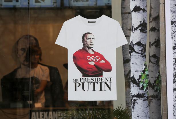 """Pierwsze sankcje na Rosję USA i Unia narzuciły w sierpniu 2014 r. Eksperci skomentowali je słowami - """"medialnie ładnie się sprzedają"""". Całość została zaprojektowana tak, by można je było ogłosić jako sukces. W rzeczywistości chodziło o to by nie zabolały nikogo. Sankcje USA objęły państwowy koncern Rosnieft, kluczowych producentów broni, kilka powiązanych z Putinem banków. Sankcje Unii celowały szerzej, choć wpisanie na czarną listę polityków wywoływało raczej ironiczne komentarze. Celem było wycofanie się Rosji z inwazji na Krym, wspierania separatystów i destabilizowania Ukrainy. Do dziś osiągnięto jedynie to, żę Rosja popadła w recesję. Przyczyniły się to tego: załamanie kursu rubla i najniższe od lat ceny ropy naftowej, na której oparta jest gospodarka Rosji."""