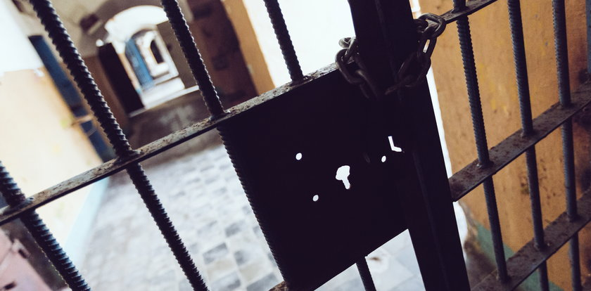 """Przyjaciółka przyjechała do pełniącego nocną wartę strażnika więziennego z """"prezentem"""". 33-latek szybko tego pożałował"""