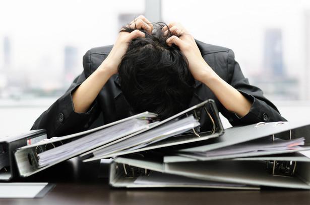 W pomieszczeniach pracy należy zapewnić temperaturę odpowiednią do rodzaju wykonywanej pracy (metod pracy i wysiłku fizycznego niezbędnego do jej wykonania) nie niższą niż 14 stopni