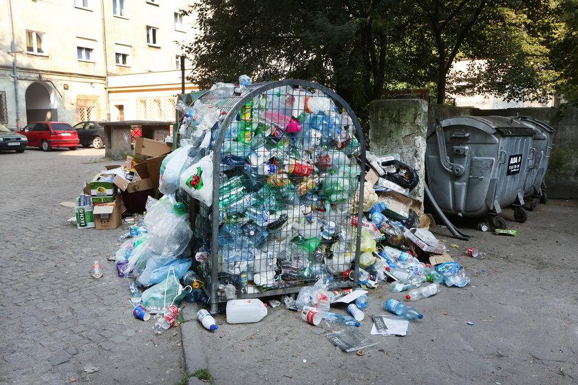 Hałda śmieci na wrocławskim podwórku