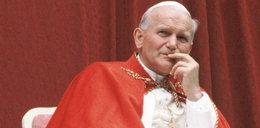 Św. Jan Paweł II jak superbohater? Kontrowersyjne pluszaki