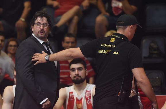 Andrea Trinkijeri napušta igralište posle isključenja na prvom meču finala između KK Crvena zvezda - KK Partizan