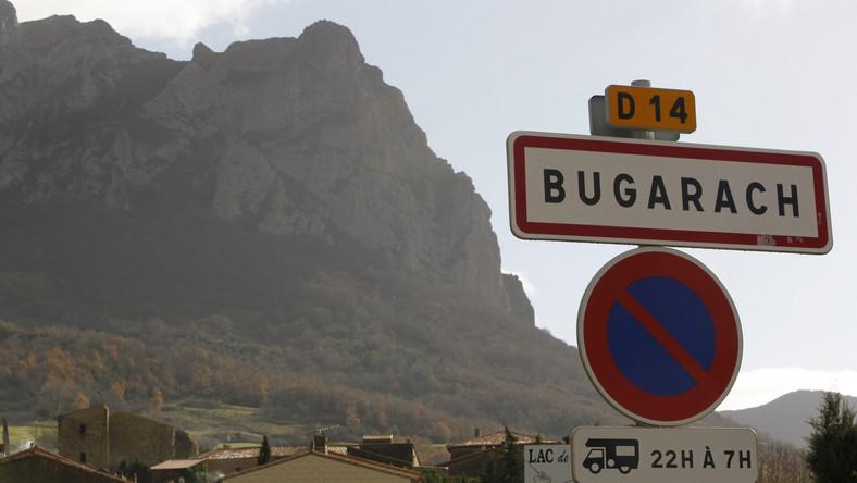 Policjanci i strażacy będą pilnować dostępu do wioski leżącej u podnóża góry, liczącej 200 mieszkańców, o której zrobiło się głośno przez teorie o końcu świata. W internecie pogłoski o tym, że nastąpi on 21 grudnia, oparte na interpretacji kalendarza Majów, wskazują, że Pic de Bugarach będzie jednym z miejsc, gdzie będzie można się schronić