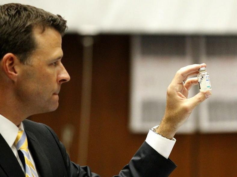 Prokurator pokazuje jeden z silnych leków znalezionych w domu Jacksona