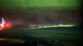 Zorza polarna nagrana z okna samolotu. Niesamowity widok