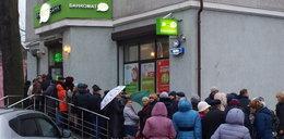 Ludzie zdemolowali bank