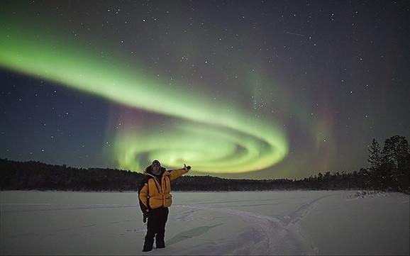 Endi Kin ispred polarne svetlosti (FOTO: Andy Keen/Aurora Hunters)