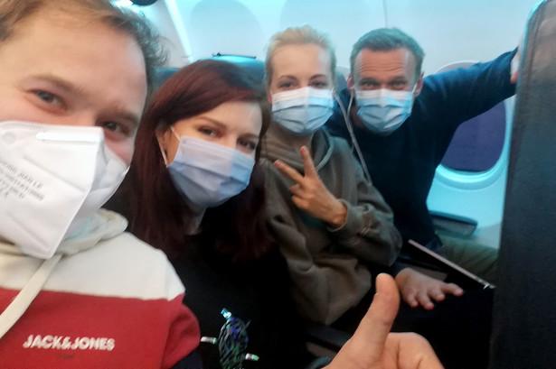 Aleksiej Nawalny (z prawej) w samolocie z Berlina do Moskwy