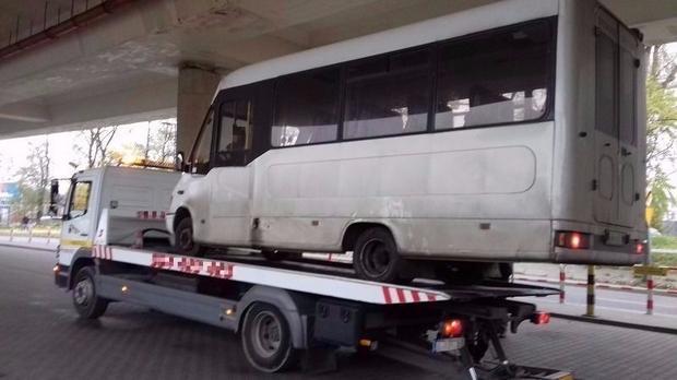 W Krakowie autobus trafił na lawetę
