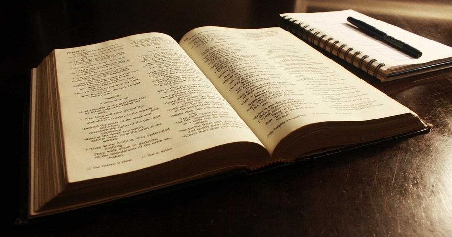 Jak zacząć czytać Pismo Święte? Biblista radzi