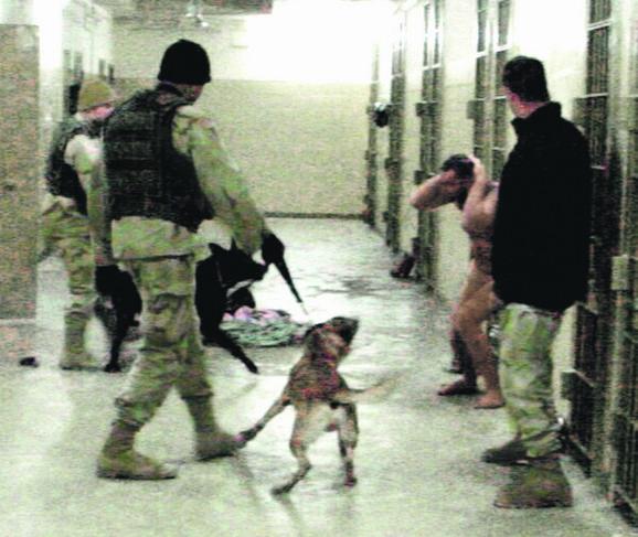 Zastrašivanje: Zatvorenik u Abu Graibu nag pred razjarenim psima