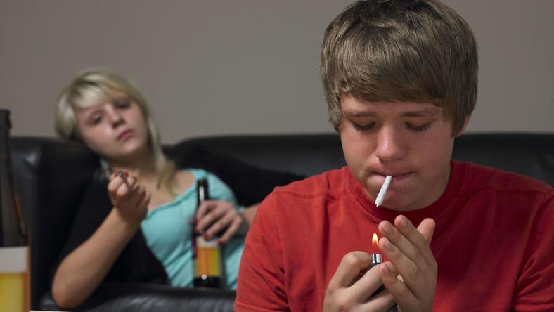 Ile polskich nastolatków sięga po narkotyki i alkohol?