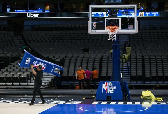Sklanjanje NBA oznaka sa parketa... dok se liga ne nastavi