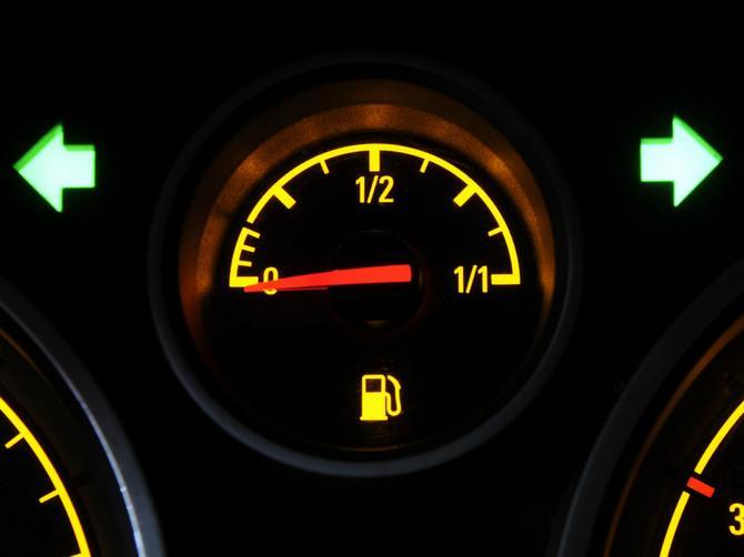 Ovo ne znaju ni NAJISKUSNIJI VOZAČI: Evo koliko kilometara možete da pređete NAKON što se upali lampica za benzin