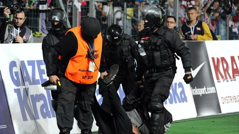 Podczas meczu pomiędzy drużynami MKS Cracovii i Wisły Kraków doszło do złamania prawa przez kibiców