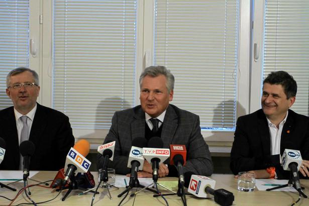 Marek Siwiec, Aleksander Kwasniewski i Janusz Palikot podczas konferencji po spotkaniu.