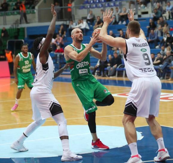 Marko Simonović odlično se pokazao u porazu Cedevite Olimpije od Uniksa (80:67), ubacivši 13 poena i uhvativši pet skokova