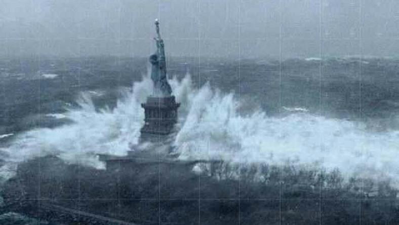 Statua Wolności - zdjęcie zrobione wieczorem czasu polskiego, a zamieszczone na facebookowym profilu Cheryl Couture Maynard. Przez cały poniedziałek pogoda w Nowym Jorku zwiastowała nadejście kataklizmu. Wiał ostry wiatr, padał zacinający deszcz