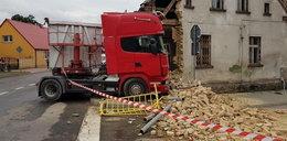 Ciężarówka wjechała w budynek. Zawiniła pszczoła