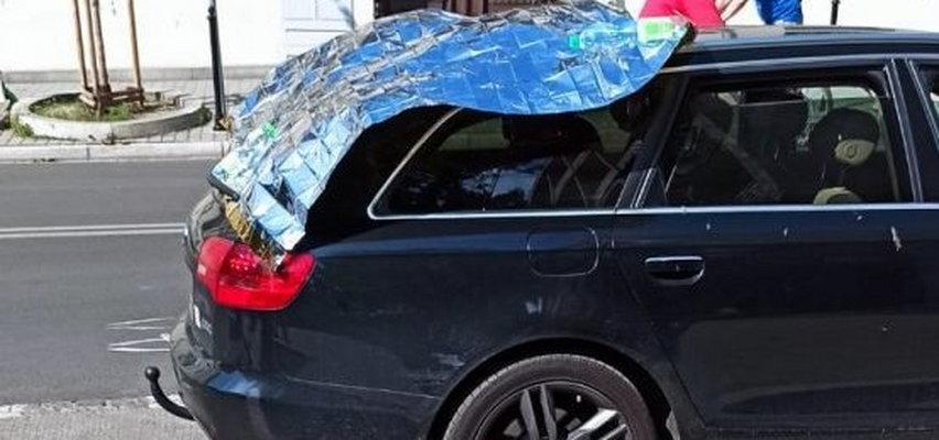 Policjanci uratowali psa z rozgrzanego samochodu. Musieli wybić szybę