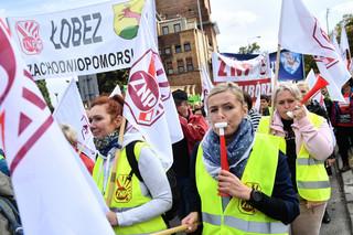 Nauczyciele żądają podwyżki i dymisji Zalewskiej. Manifestacja ZNP: Mamy dość niskich zarobków i złego ministra edukacji