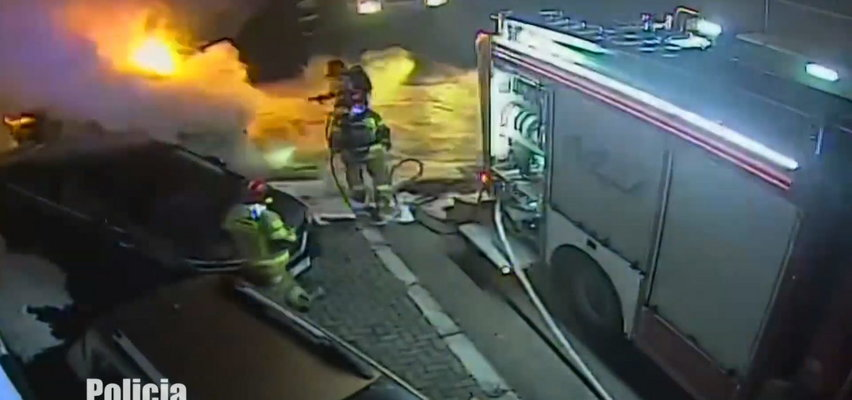 Piroman szaleniec spalił nowy samochód przed salonem. Akcję strażaków relacjonował na żywo