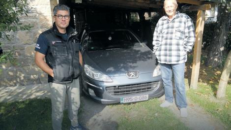 Saša i Azur pored poklonjenog automobila