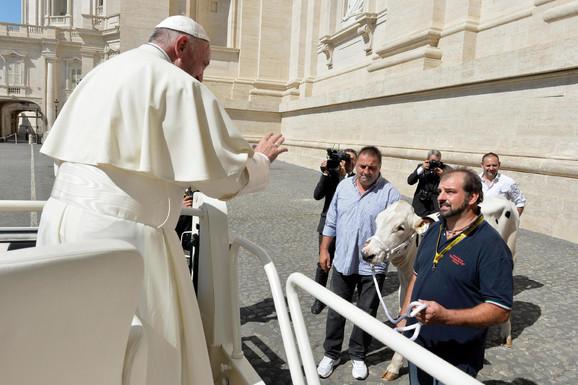 Papa prima poklon