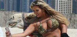 Najpierw selfie, a później w bikini ujeżdżała wielbłąda